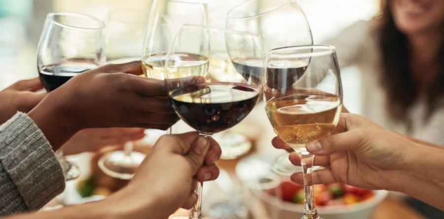 Những điều NÊN & KHÔNG NÊN làm khi bạn là một chủ tiệc rượu vang